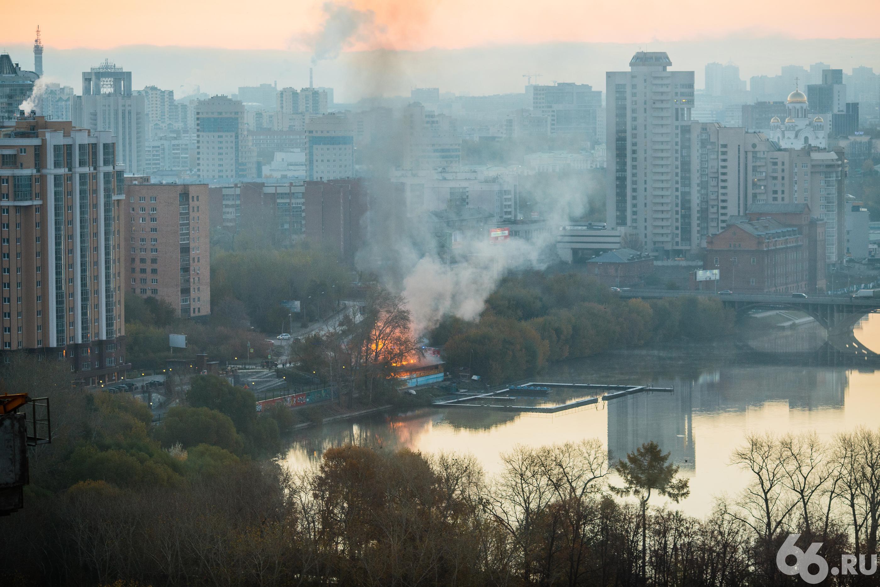 ВЕкатеринбурге загорелась лодочная станция