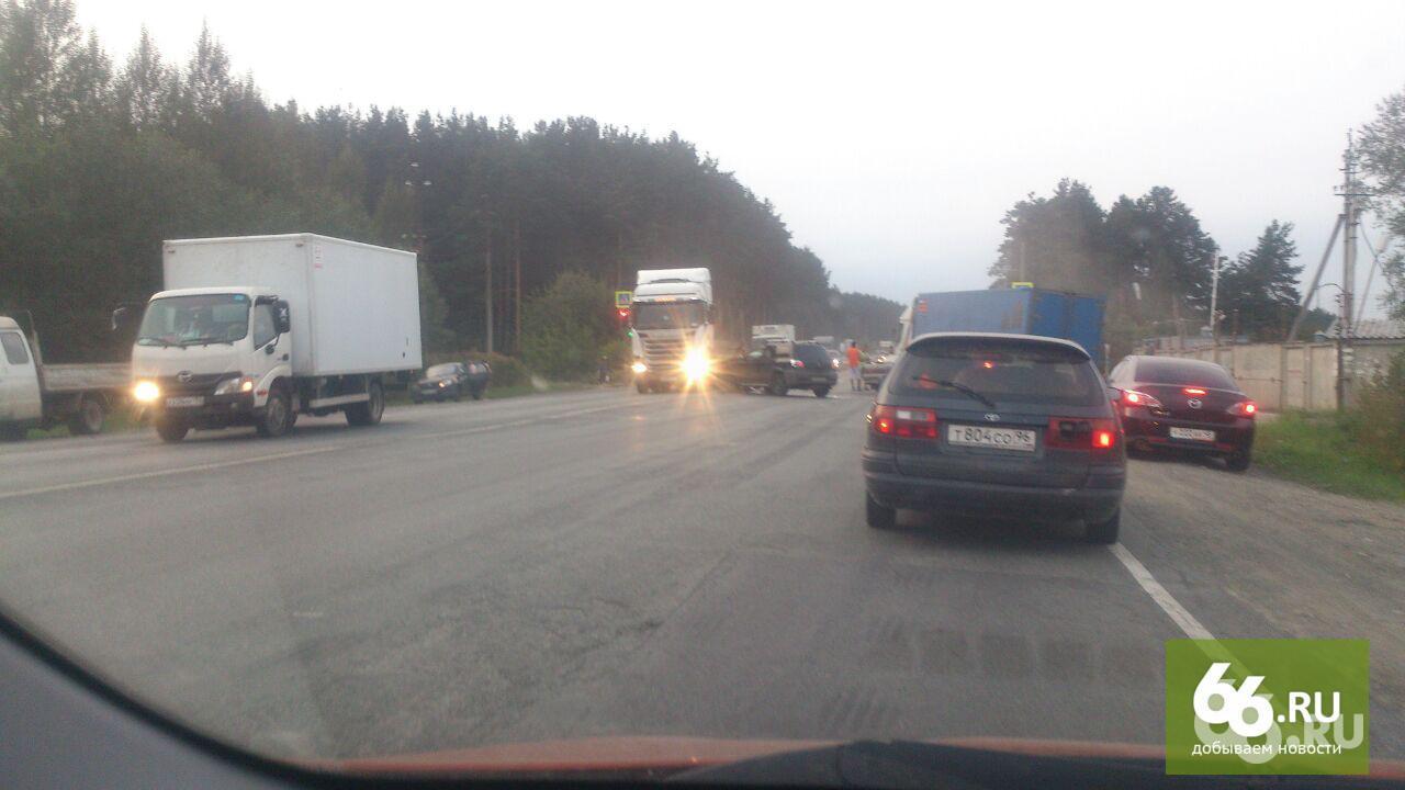 Вмассовом ДТП под Екатеринбургом столкнулись фура илегковушки