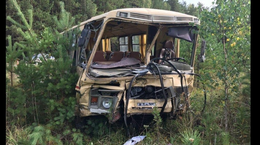 Грузовая Киа таранила автобус наУрале: один человек умер, 12— в клинике