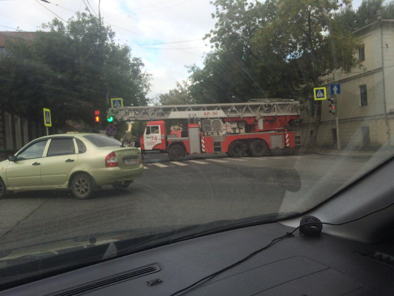 Пожарные всю ночь боролись с огнём, охватившим офисник вцентре Екатеринбурга