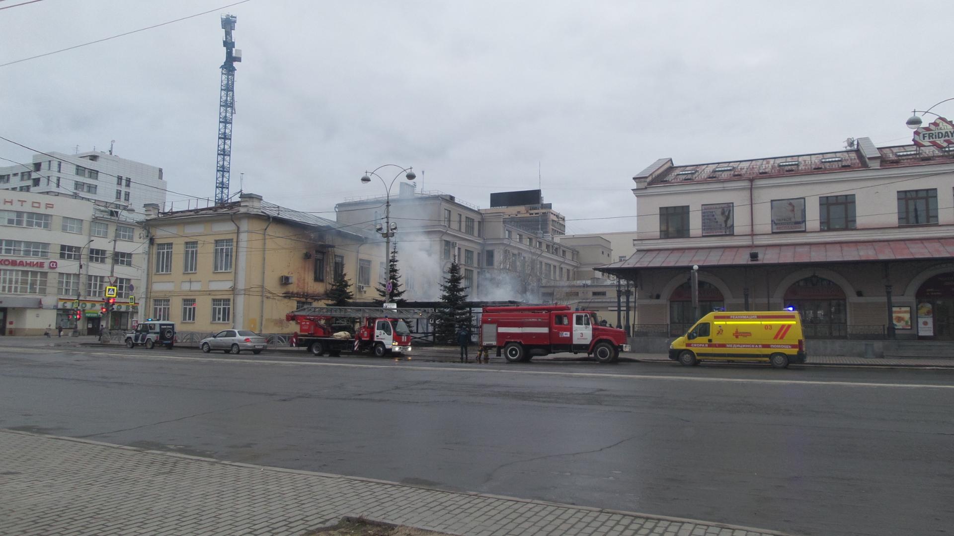 Вцентре Екатеринбурга сгорела летняя веранда кафе— Жаркое утро