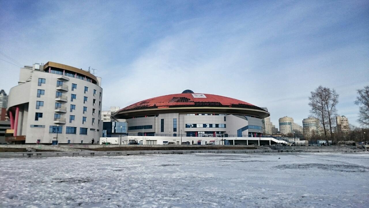 Краска с крыши ДИВСа сходит вместе со снегом