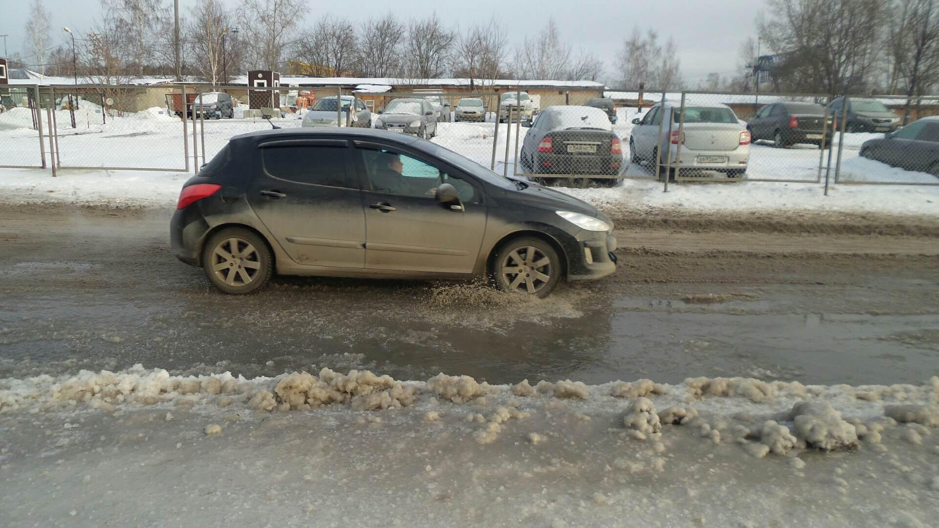 На Ангарской прорвало трубу: вода хлынула на проезжую часть