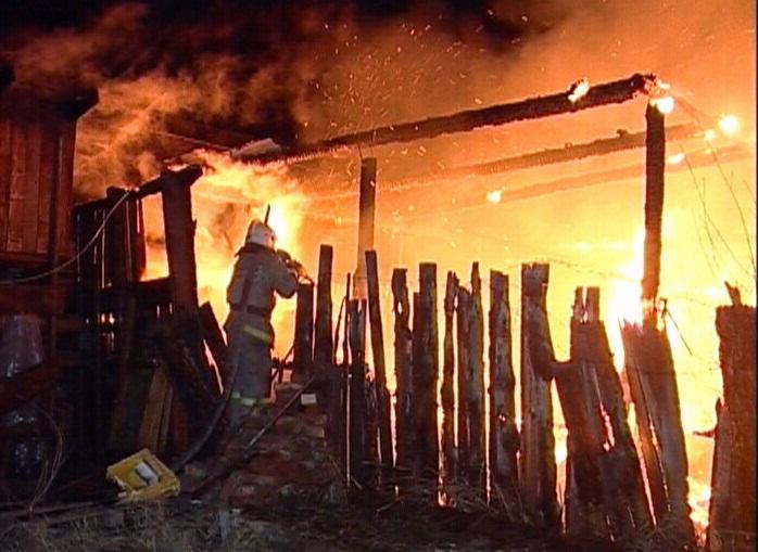 На Керамике огонь полностью уничтожил жилой дом и надворные постройки