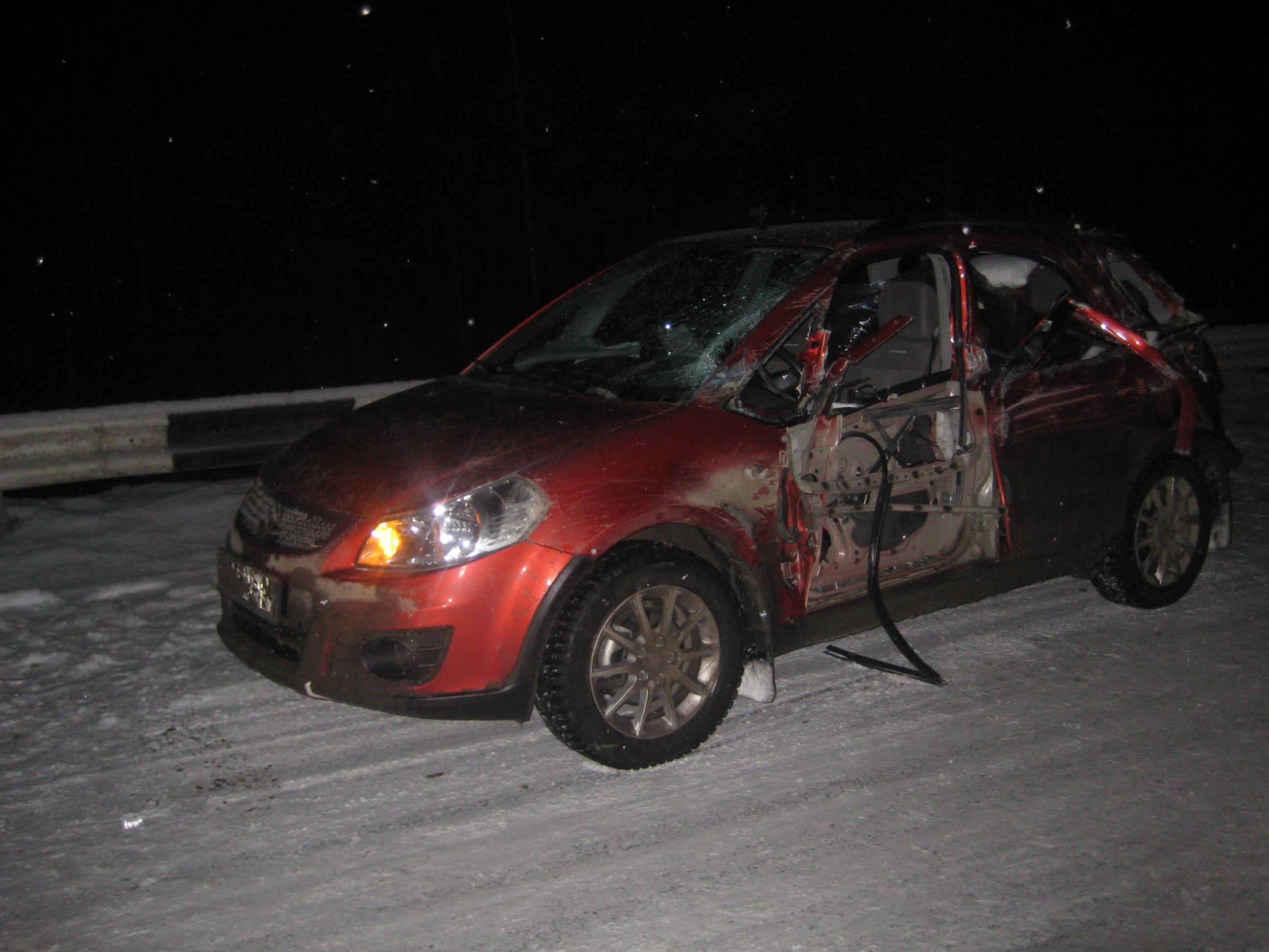 Под Екатеринбургом грузовик выбил с дороги легковушку с детьми