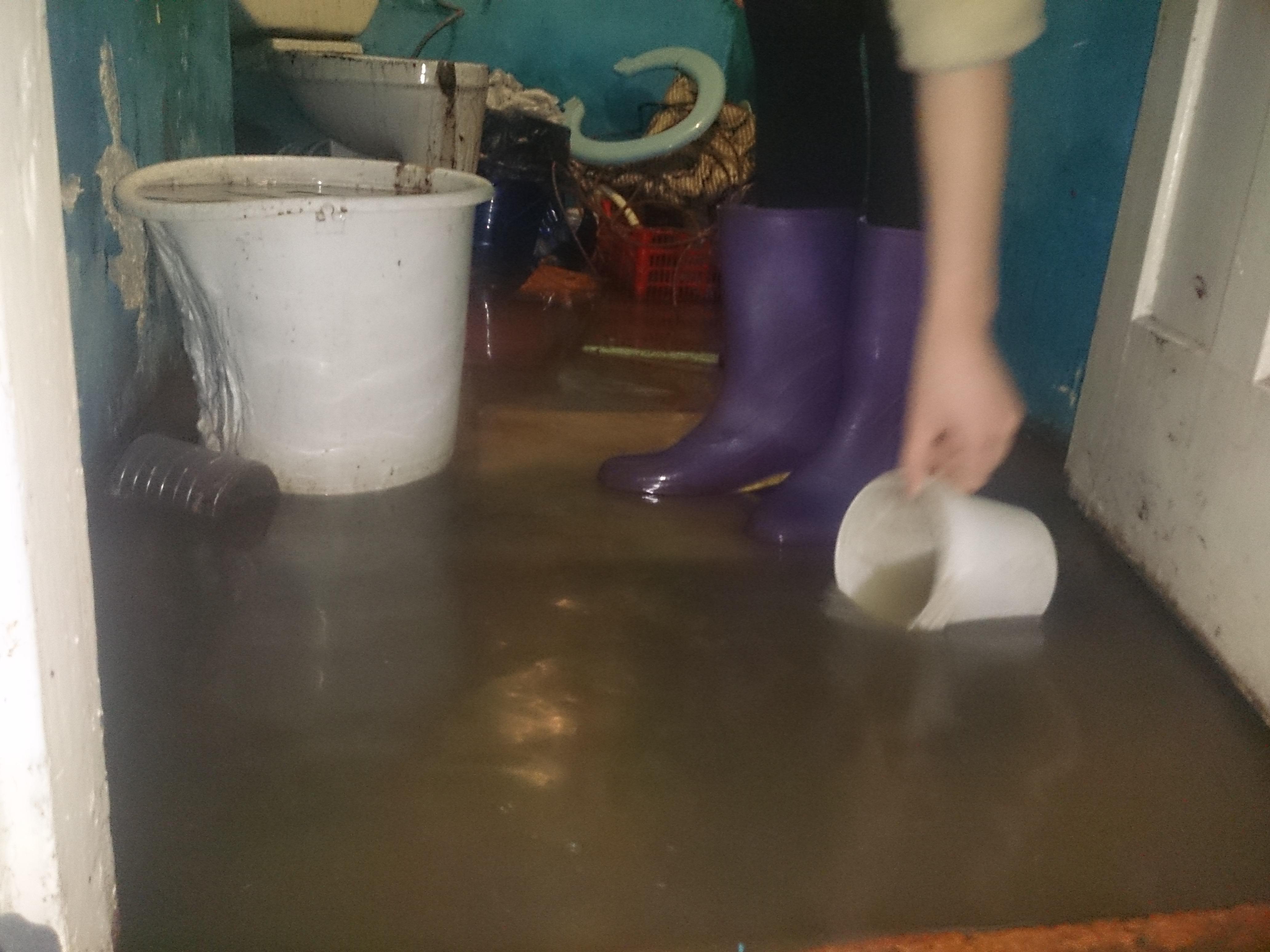 Мать с тремя малышами из Артемовского второй год живет в затопленной стоками квартире