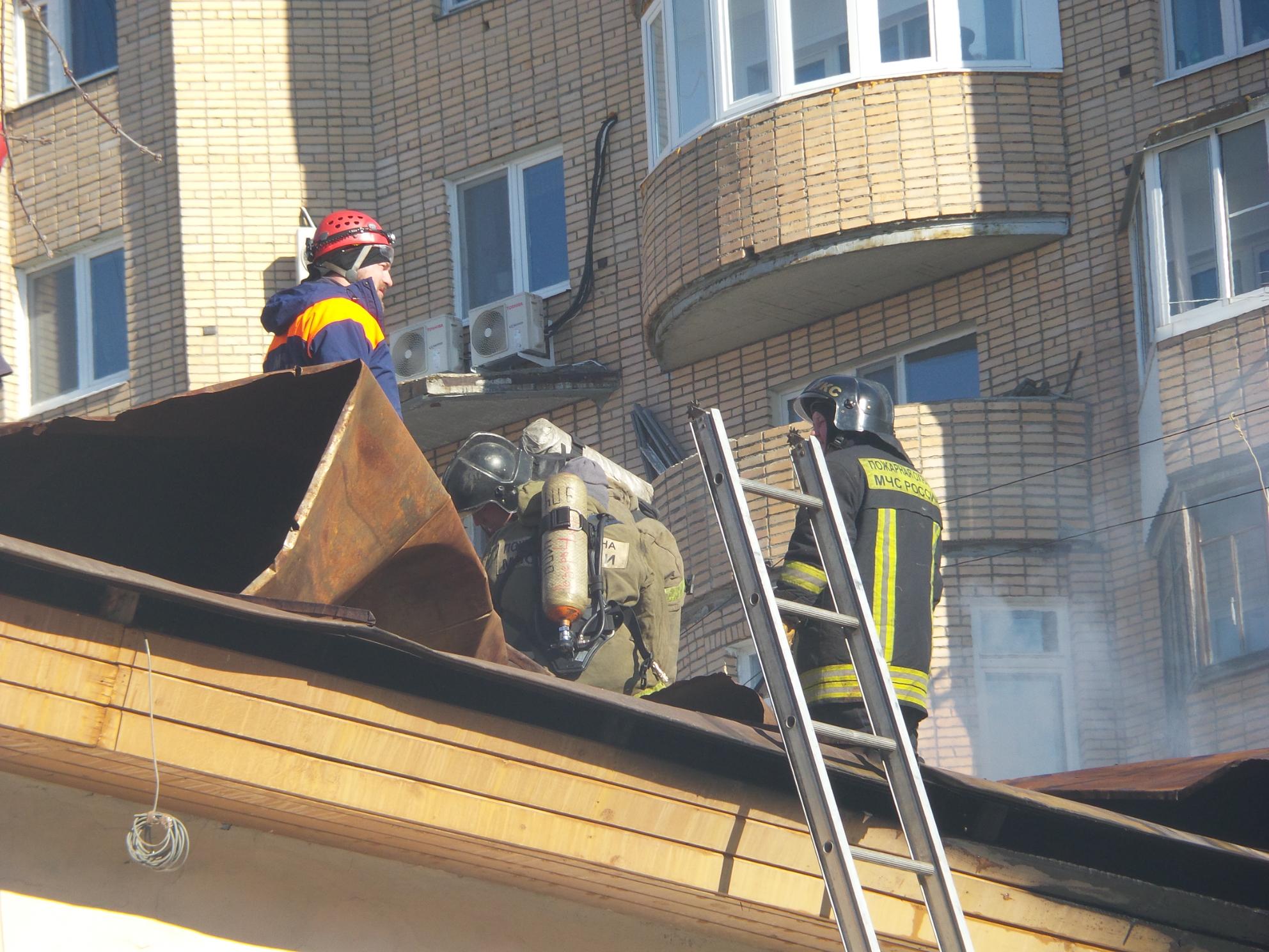В центре Екатеринбурга горит жилой дом. Спасатели обнаружили тело одного погибшего