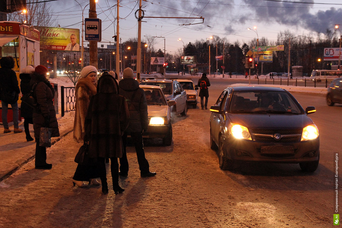 «Давай за 40 рублей отвезу?» Кризис добрался до таксистов-нелегалов
