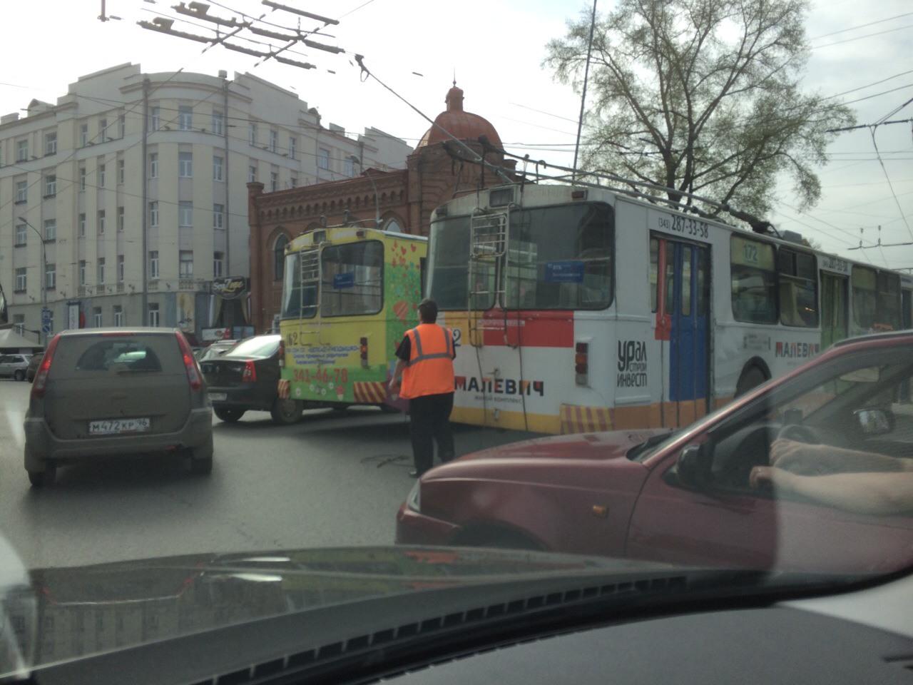 На улице Карла Либкнехта встали троллейбусы