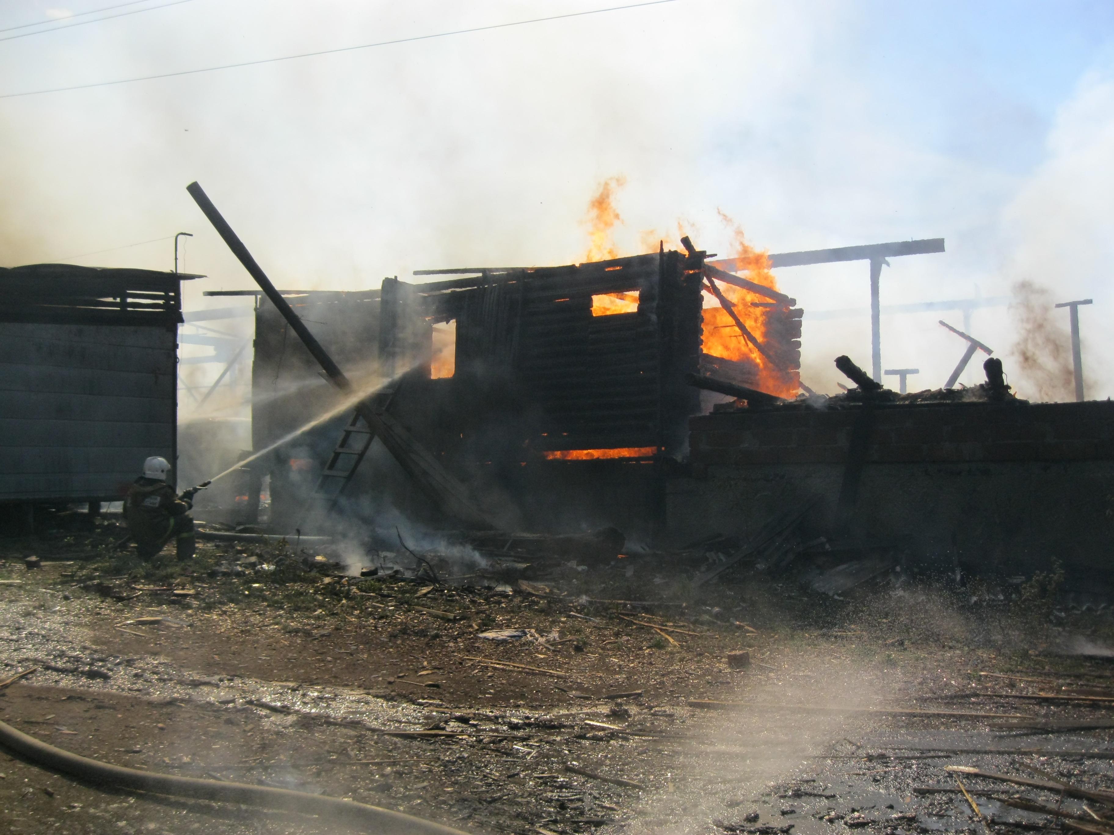 В Березовском сгорела пилорама