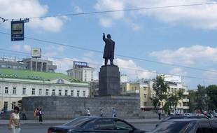 Юбиляр Ленин: памятник вождю на площади 1905 года отмечает 55-летие
