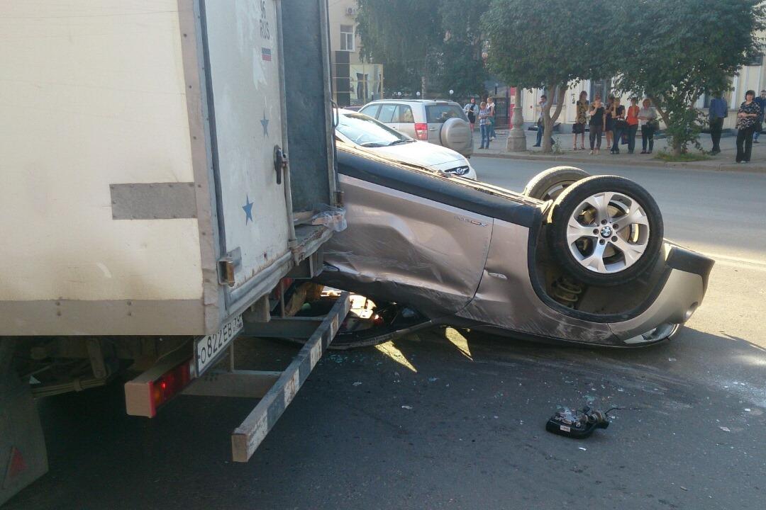 Подробности «перевертыша» на Малышева: грузовик «пропорол» BMW