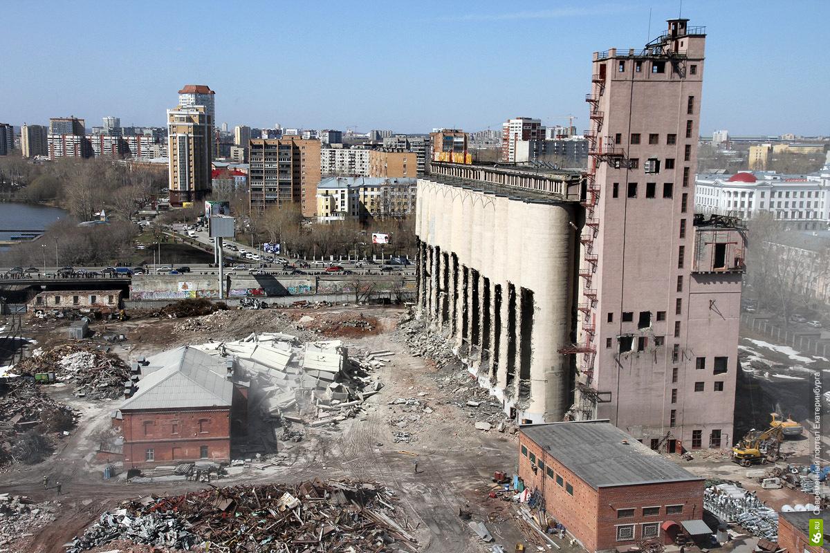 Разрушенную взрывом крышу старинного здания ЕМЗ залатали за праздники