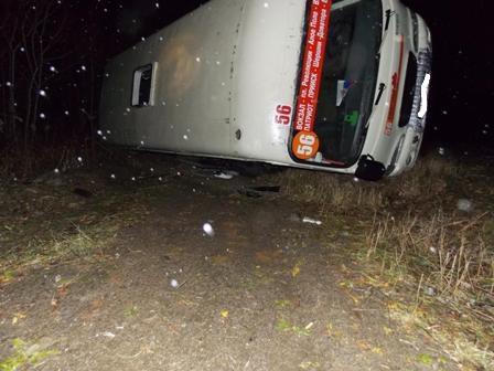 Пассажирский автобус опрокинулся по пути в Кольцово