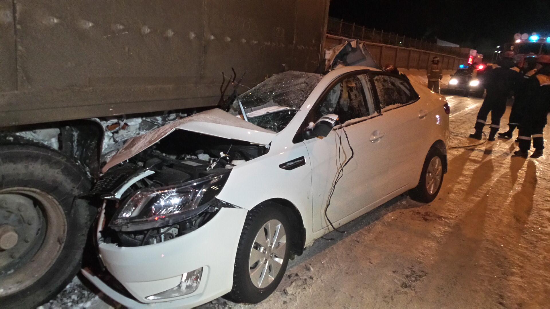На Сортировке легковушка залетела под тягач, двое погибли