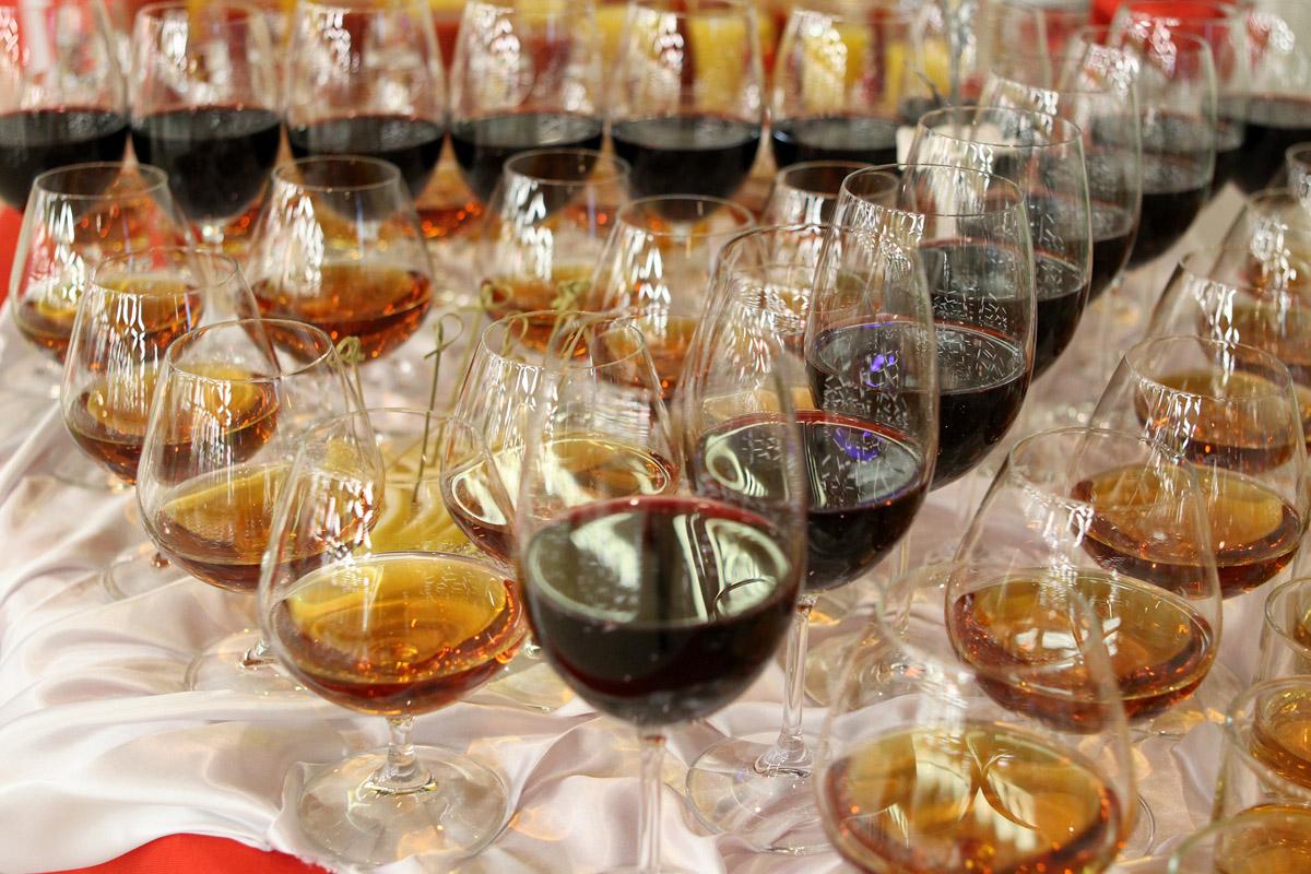 Трое свердловчан попались с 20 тоннами контрафактного вина
