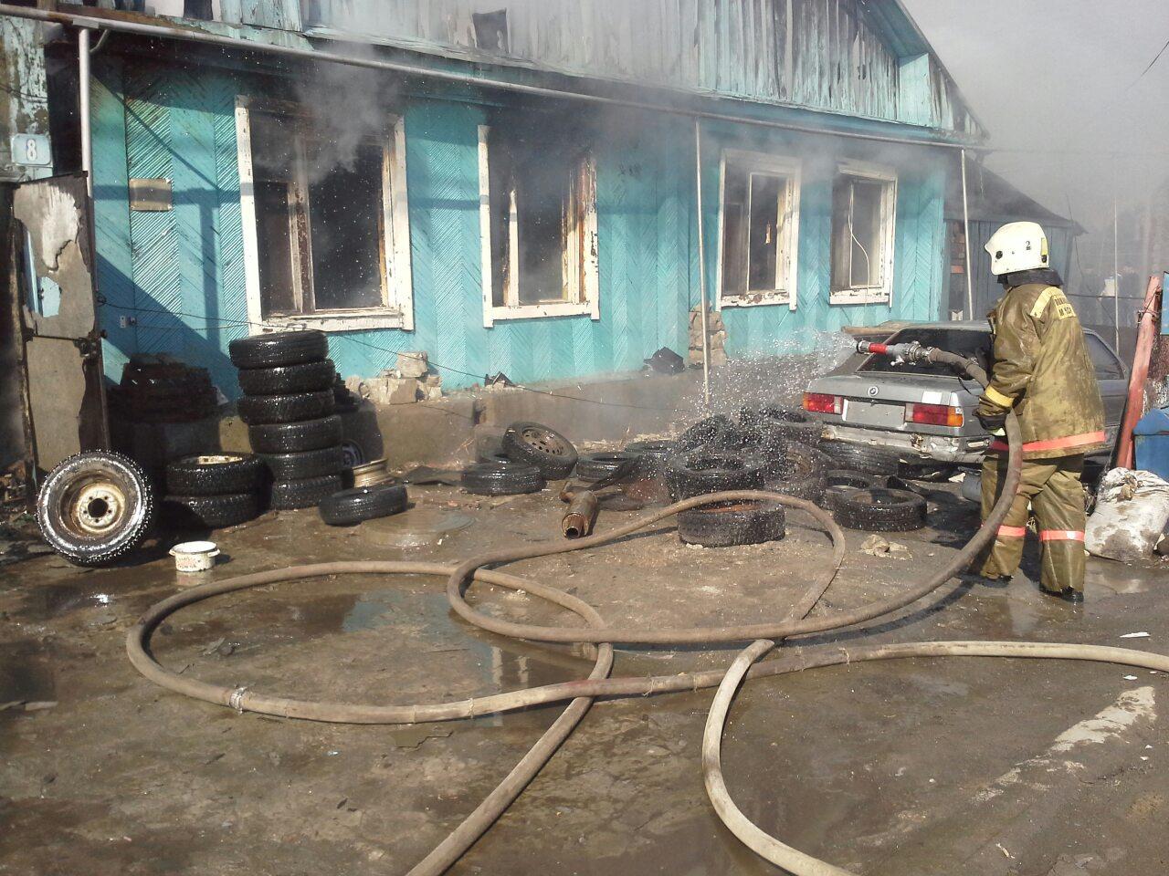 Полицейские спасли школьницу из горящего дома на Котовского