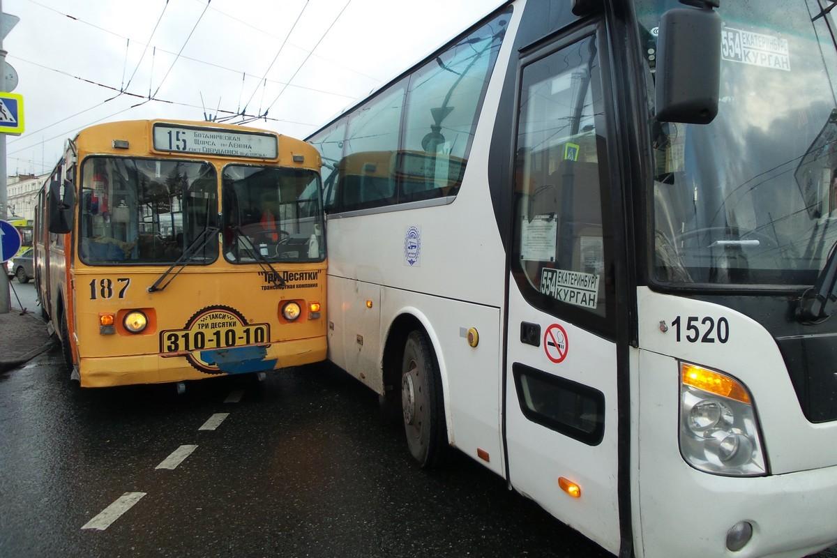 На Малышевском кольце пробка: столкнулись междугородний автобус и троллейбус