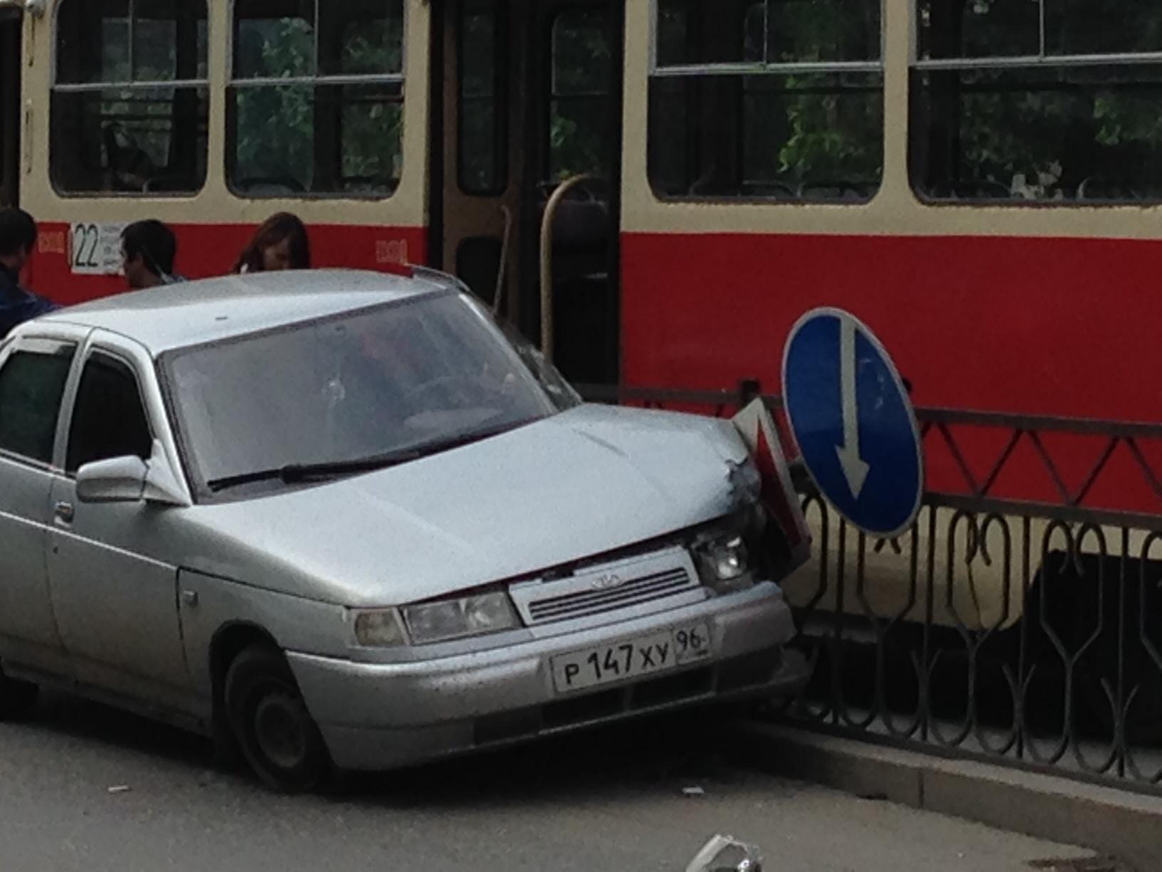 На Первомайской «десятка» влетела в трамвайную остановку