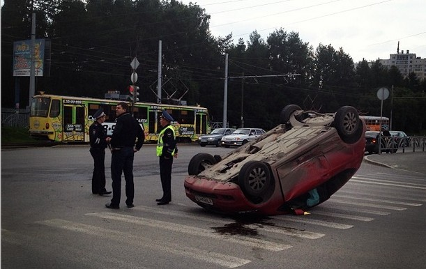 На 8 Марта автоледи повернула не туда и перевернула свой Mercedes на крышу