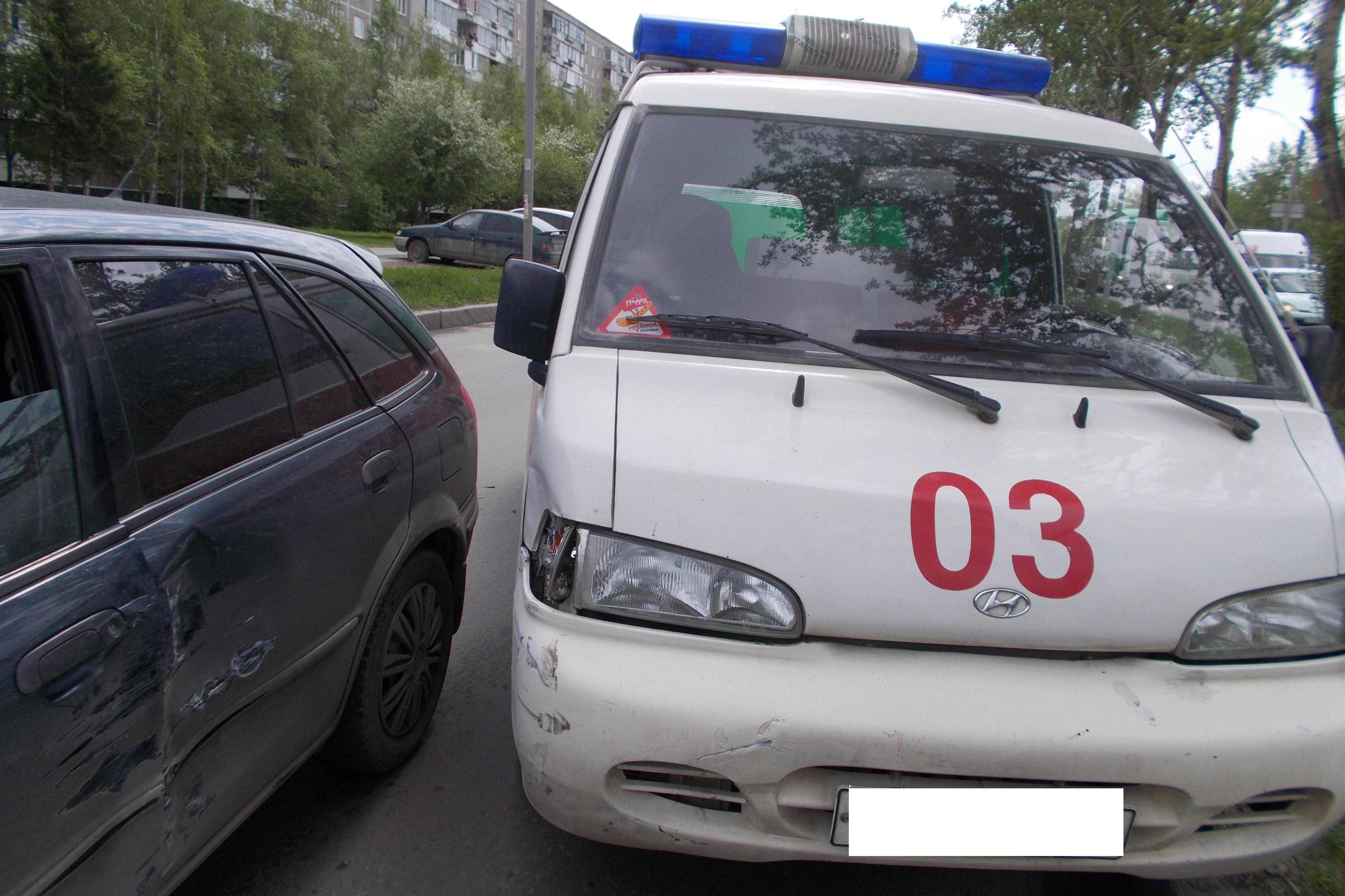 На Серафимы Дерябиной легковушка врезалась в машину скорой помощи