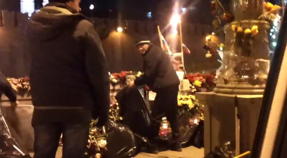 Ночью люди в черных куртках увезли цветы и фотографии с места убийства Немцова
