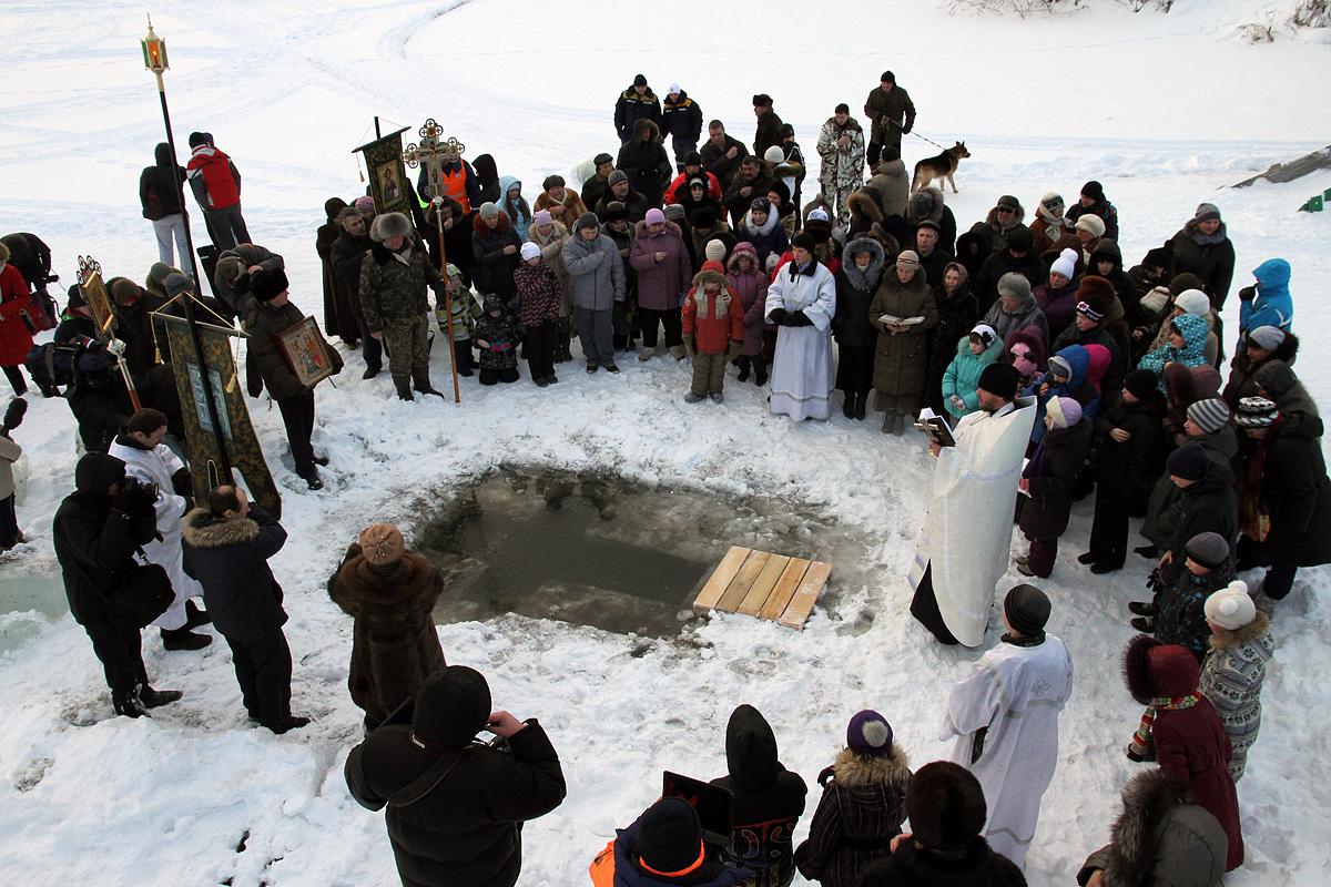 Празднуем Крещение: Евгений Куйвашев окунулся в прорубь вместе с министрами