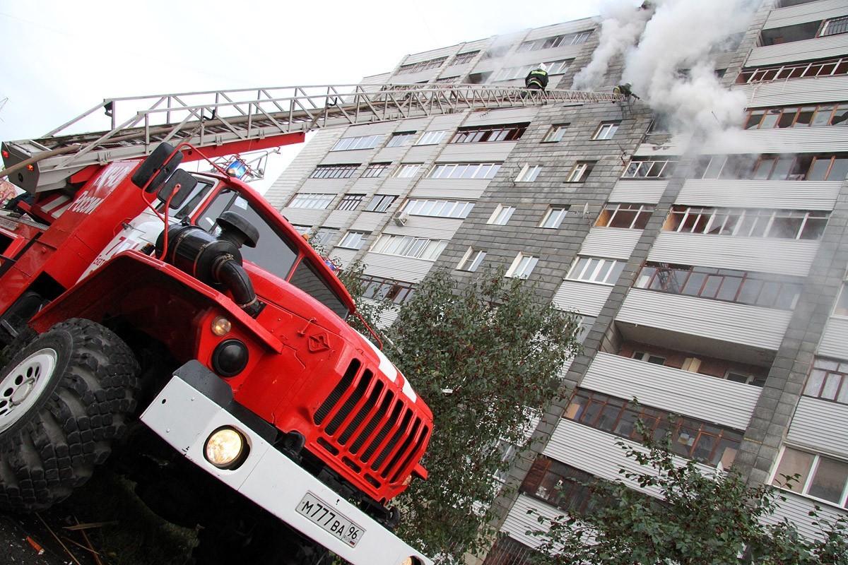 На улице Бетонщиков пожарные спасали жильцов из горящего коридора