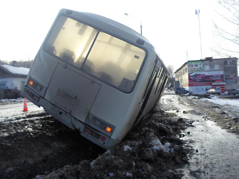 В Ирбите пьяный водитель отправил автобус с пассажирами в кювет