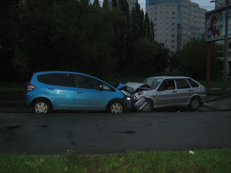 В Красном переулке водитель ВАЗа устроил лобовое столкновение с Honda