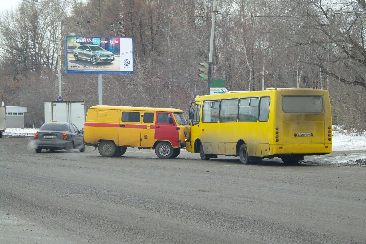 На Сибирском тракте аварийщики лоб в лоб столкнулись с маршруткой