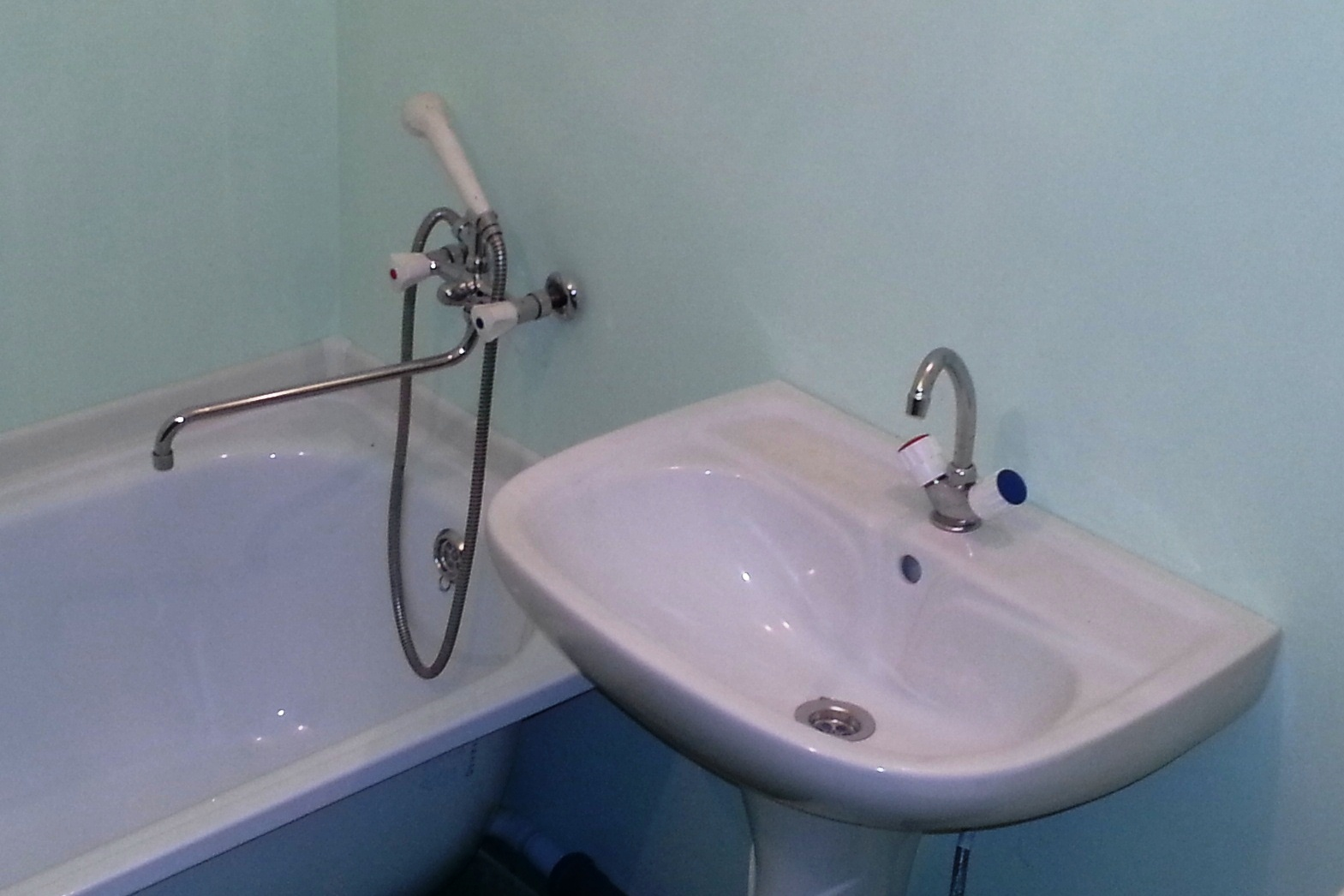 «Виноваты военные»: жильцы дома на Щербакова полгода сидят без горячей воды