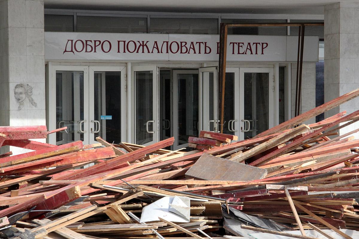 Фоторепортаж 66.ru: ТЮЗ по частям уезжает на свалку
