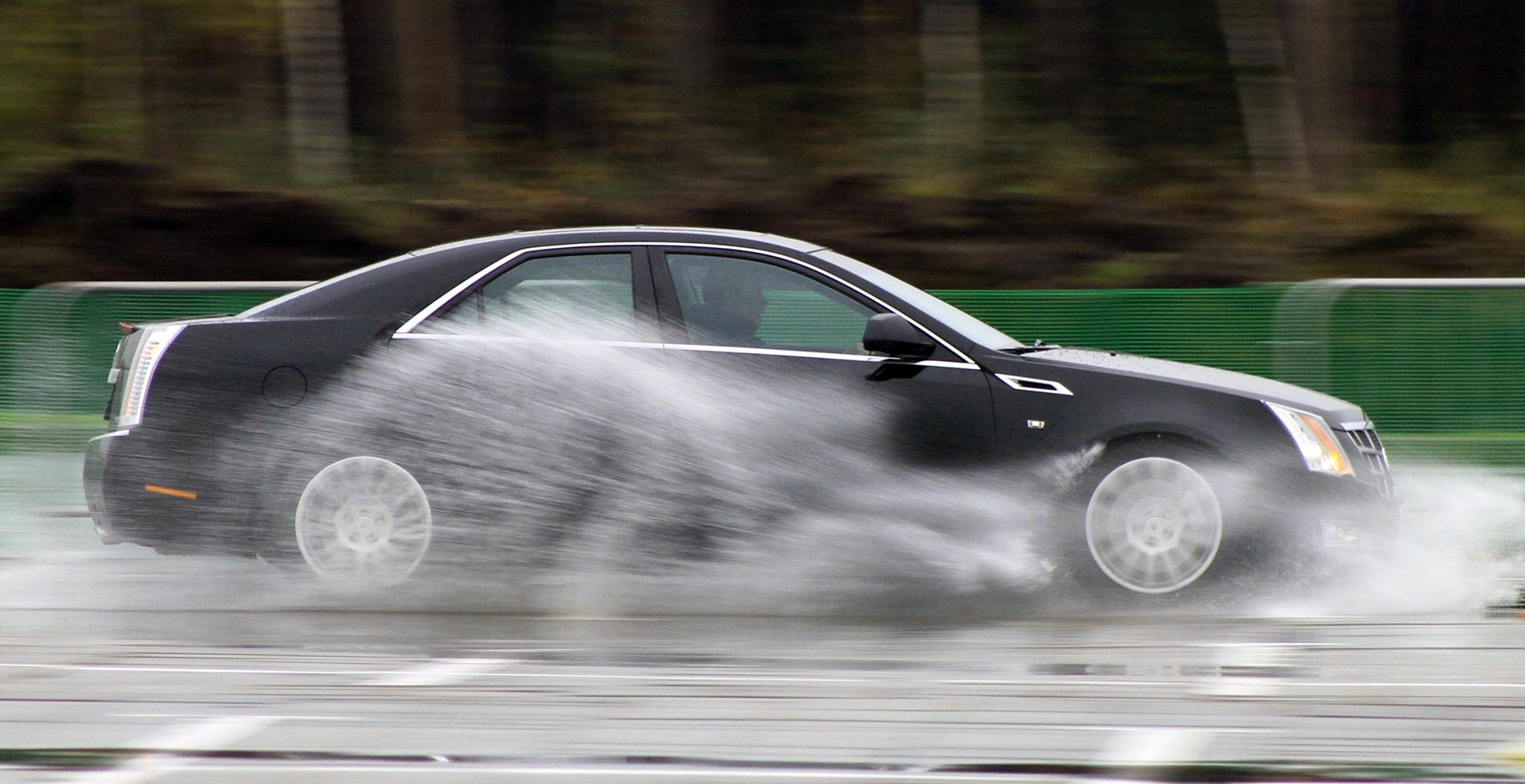 Аквапланирование: массовый тест-драйв под проливным дождем