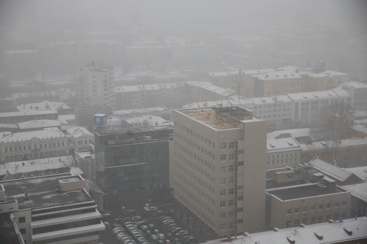 Екатеринбург накрыло позднеапрельским снегом
