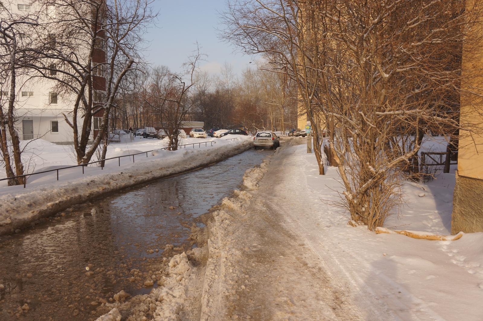 Улицу на Эльмаше залило водой