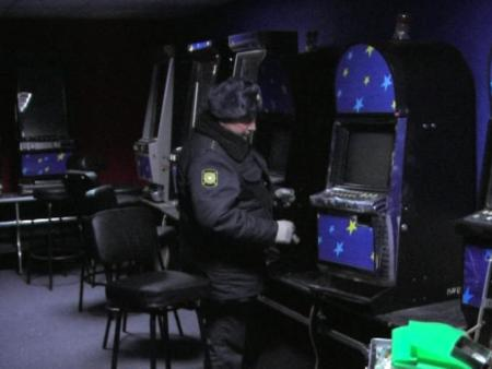 В Тагиле сотрудники игрового клуба удрали от полиции через дыру в потолке