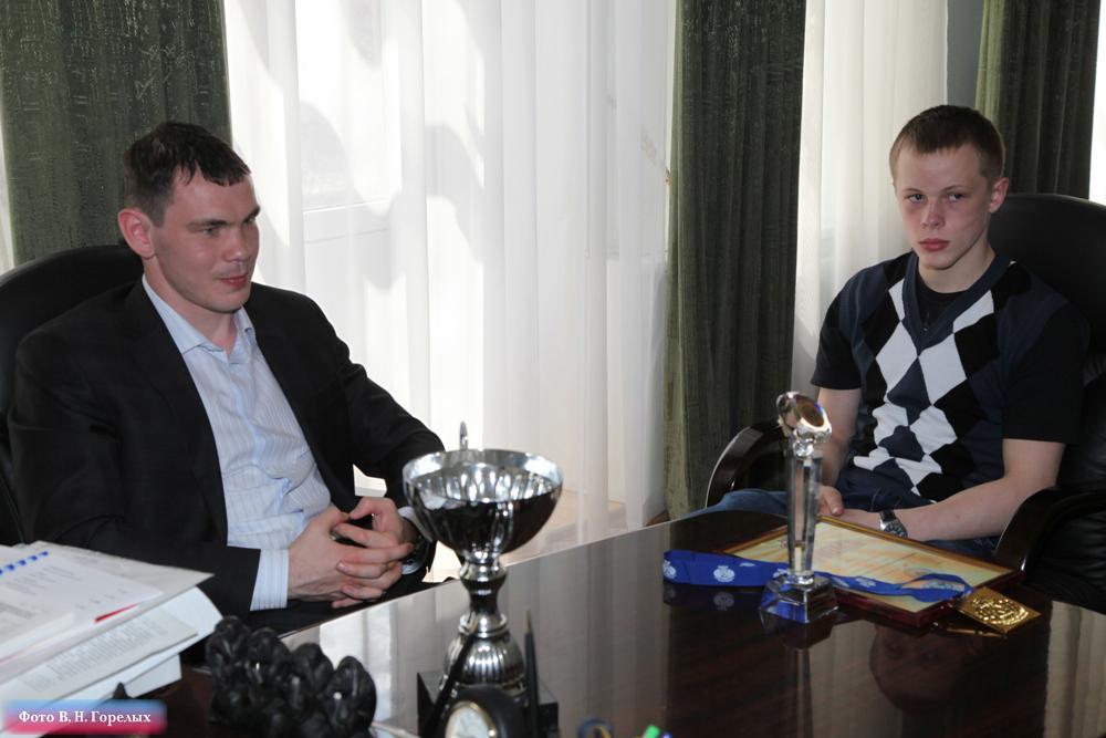 Боксер-полицейский получил поощрение от главы свердловской полиции
