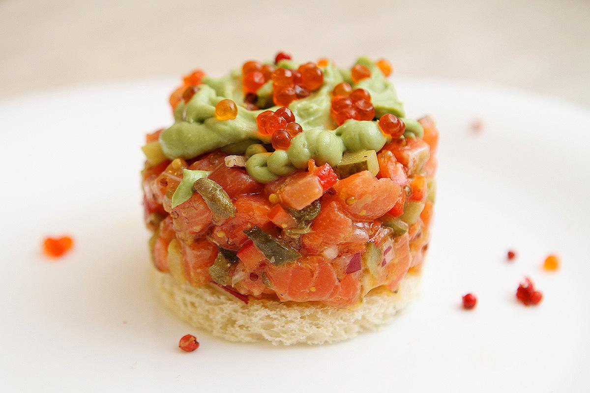 Небритый повар. Тартарим по-французски с авокадо и красной икрой