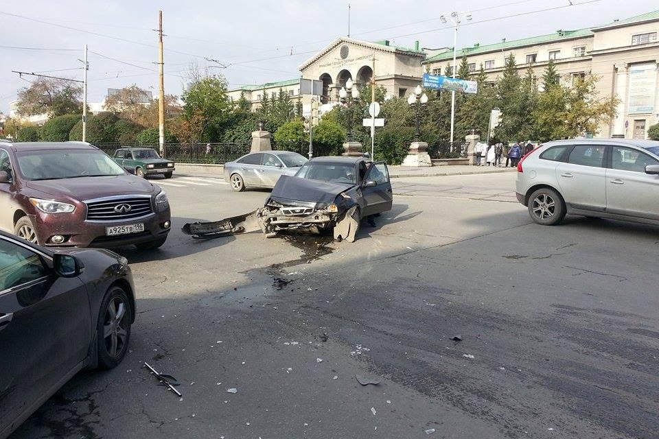 Столкнувшиеся машины перегородили дорогу в центре Екатеринбурга