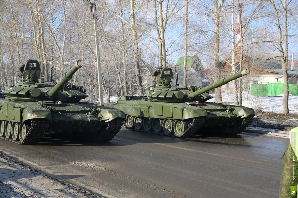 Репетиция парада: в Екатеринбурге танки месили грязь и кромсали асфальт