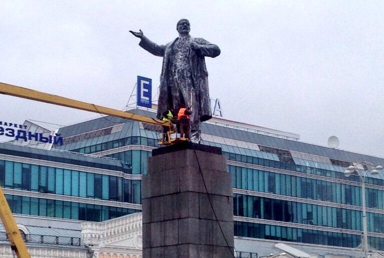 На площади 1905 года отмыли памятник Владимиру Ленину