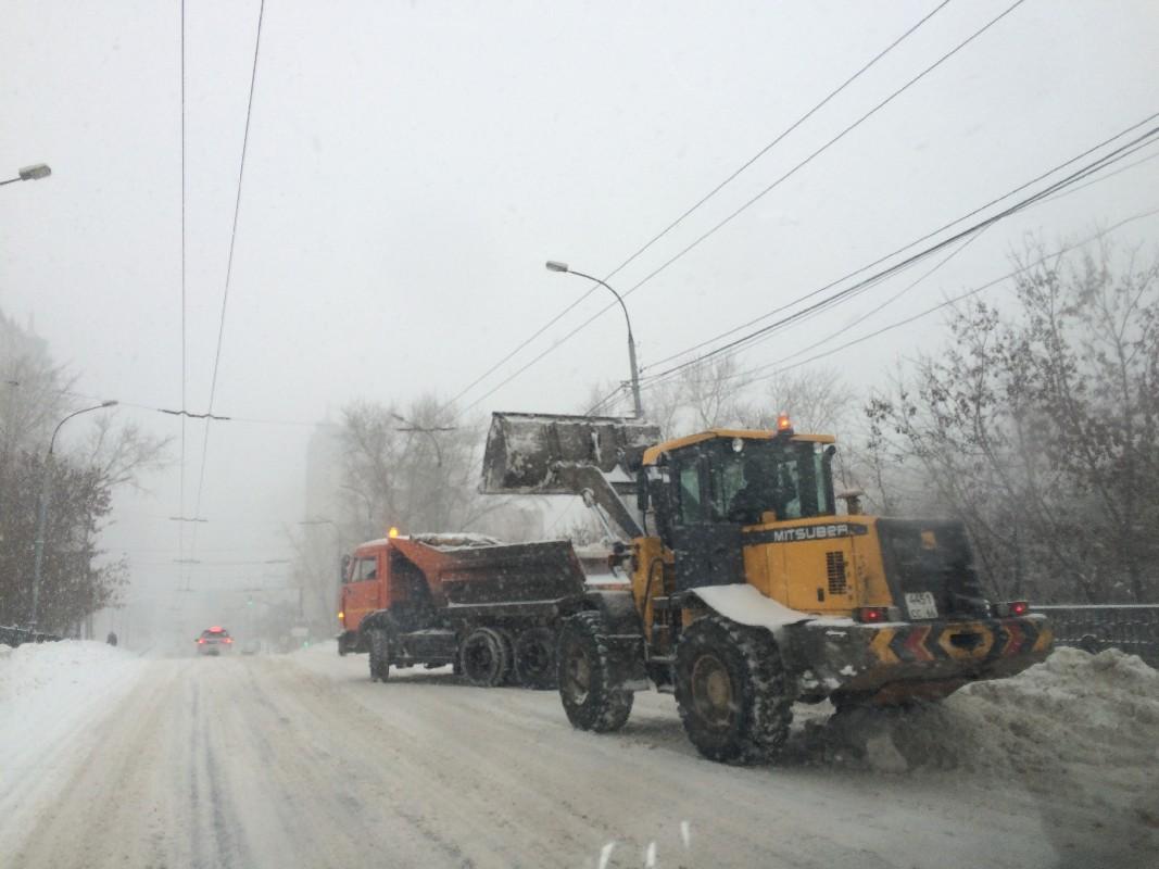 Борьба со стихией продолжается: из Екатеринбурга вывезли еще 6000 тонн снега