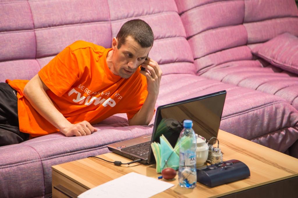 Екатеринбуржец пролежит неделю на диване ради 100 тысяч рублей