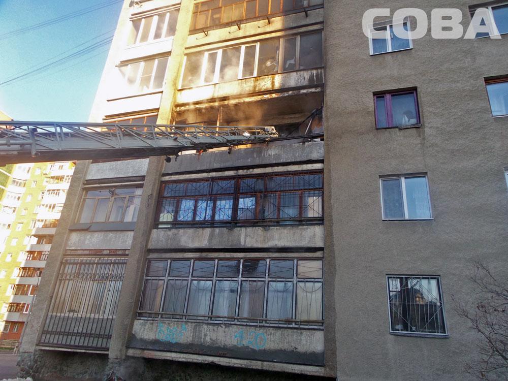 Спасатели эвакуировали 11 человек из-за пожара в квартире пьяницы на Машинистов