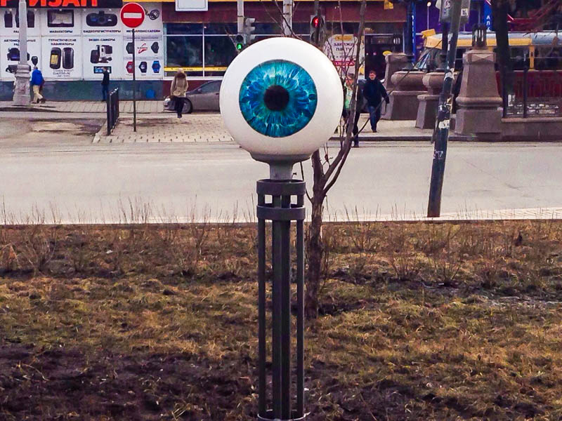 Глаза, много глаз: в центре Екатеринбурга появился пугающий арт-объект