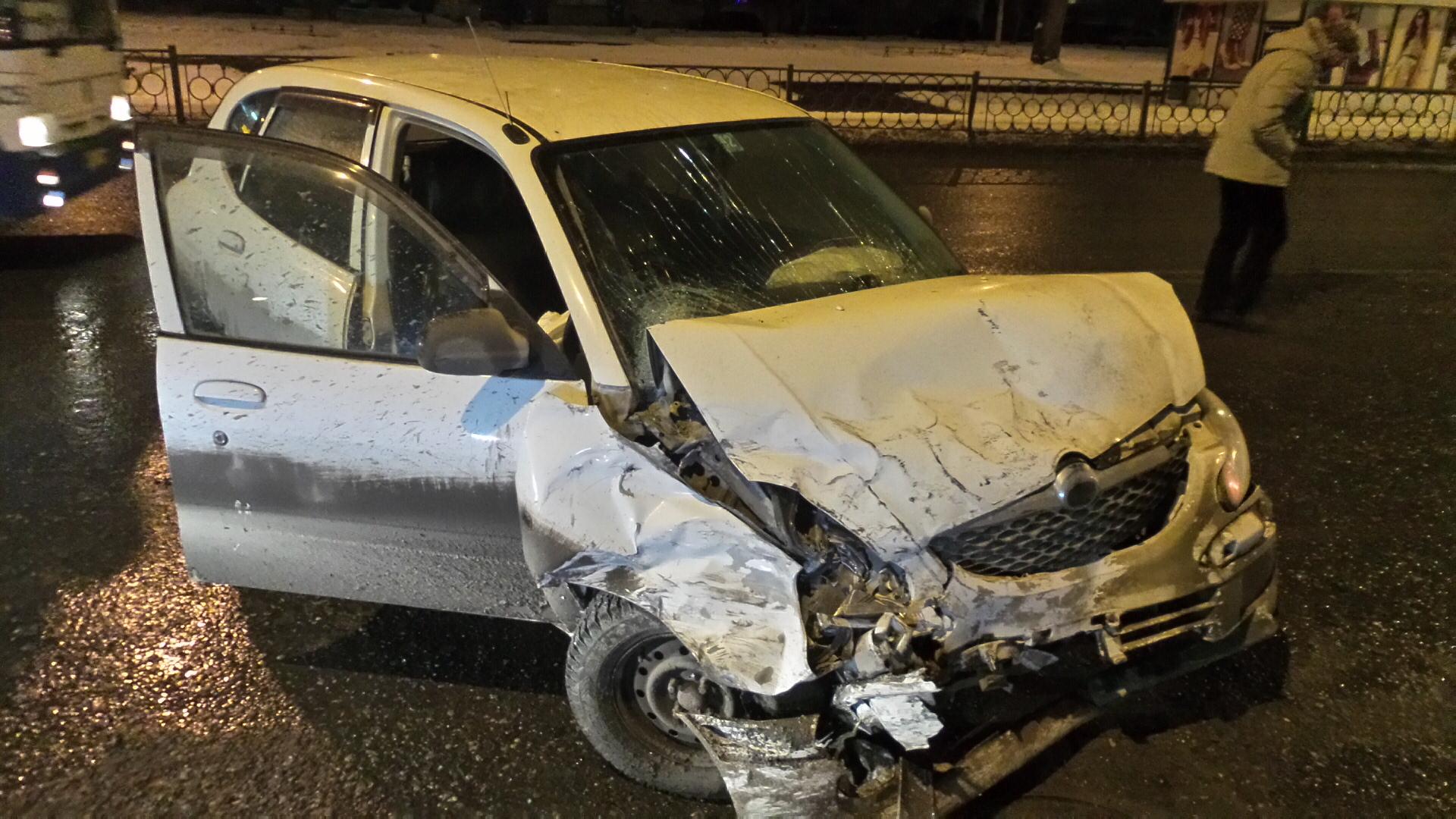 В Заречном после лобового столкновения иномарку выбросило на тротуар