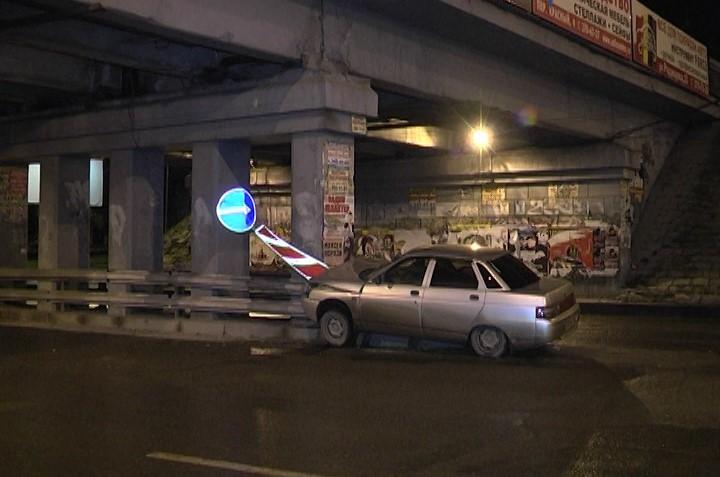 На Малышева легковушка влетела в опору железнодорожного моста