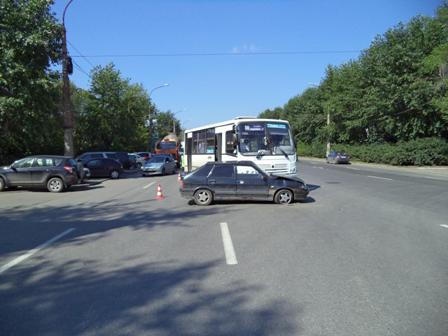 На Машиностроителей ВАЗ столкнулся с пассажирским автобусом