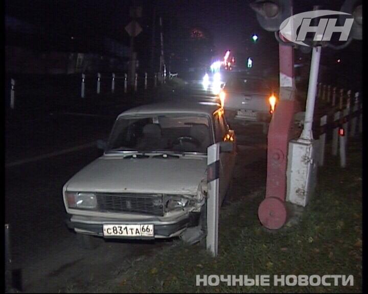 Иномарка, шлагбаум, иномарка, столб: в промзоне в Екатеринбурге произошло ДТП